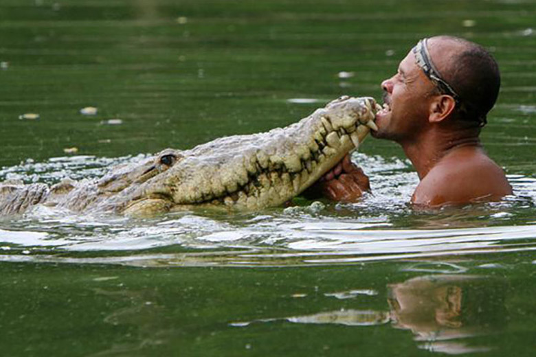 Fisherman found Injured Crocodile and did something that no one else in the world would think to do