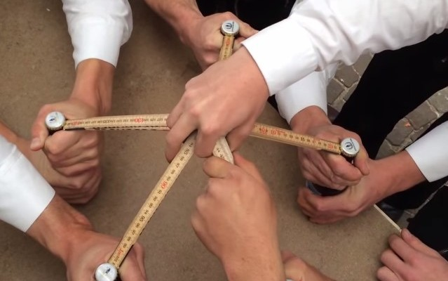 VIDEO: How Germans Open 5 Beers at the Same Time. It's Amazing to learn this simple trick