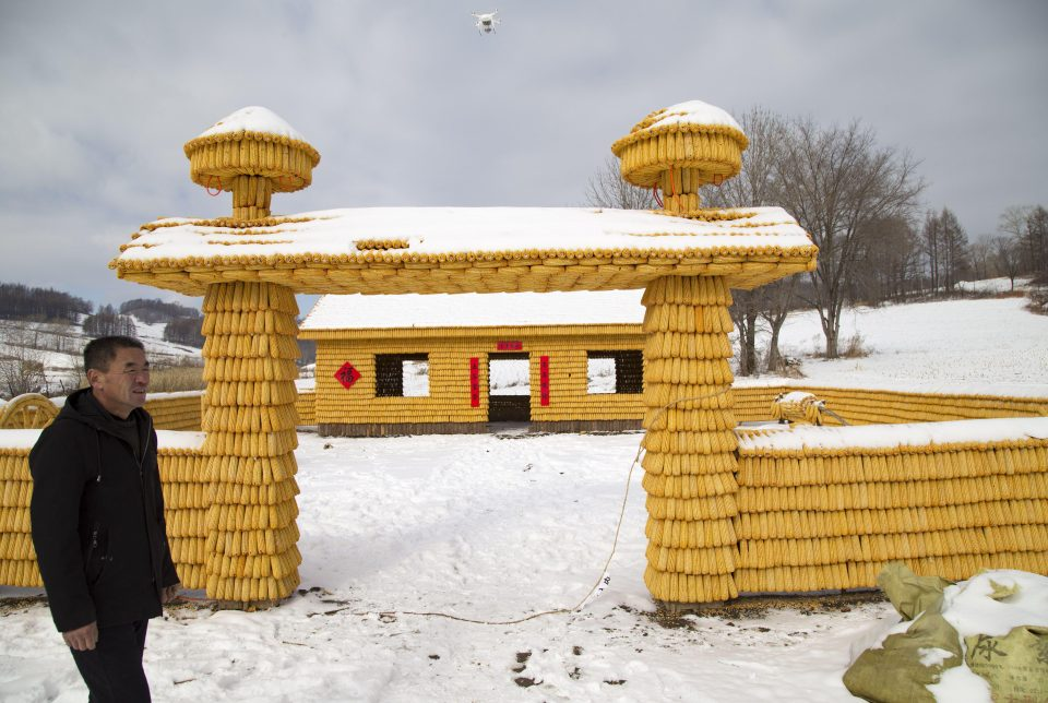 Chinese man builds his house using 30,000 corns — and it looks unbelievable!