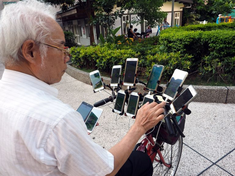 This Man Uses 11 Smartphones Attached To A Bicycle To Play Pokemon Go