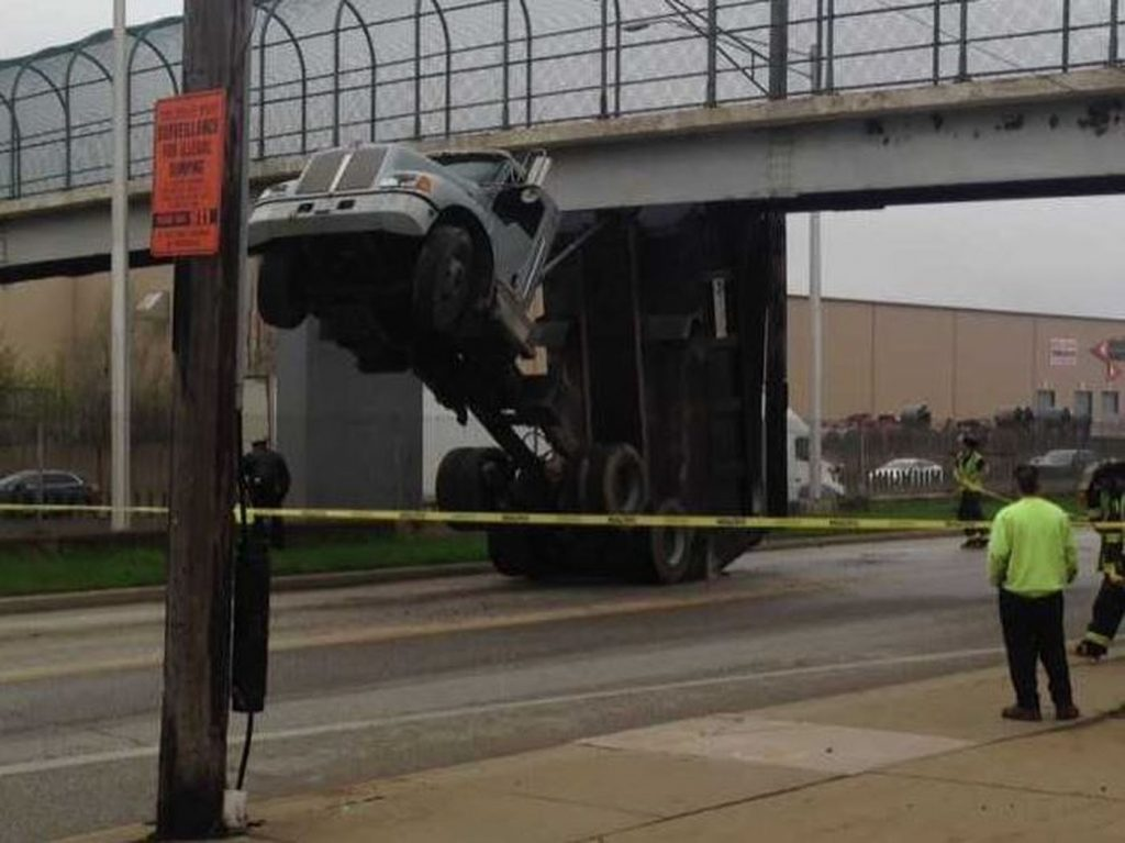 Dump Truck removed from under Pedestrian bridge after being stuck for several hours