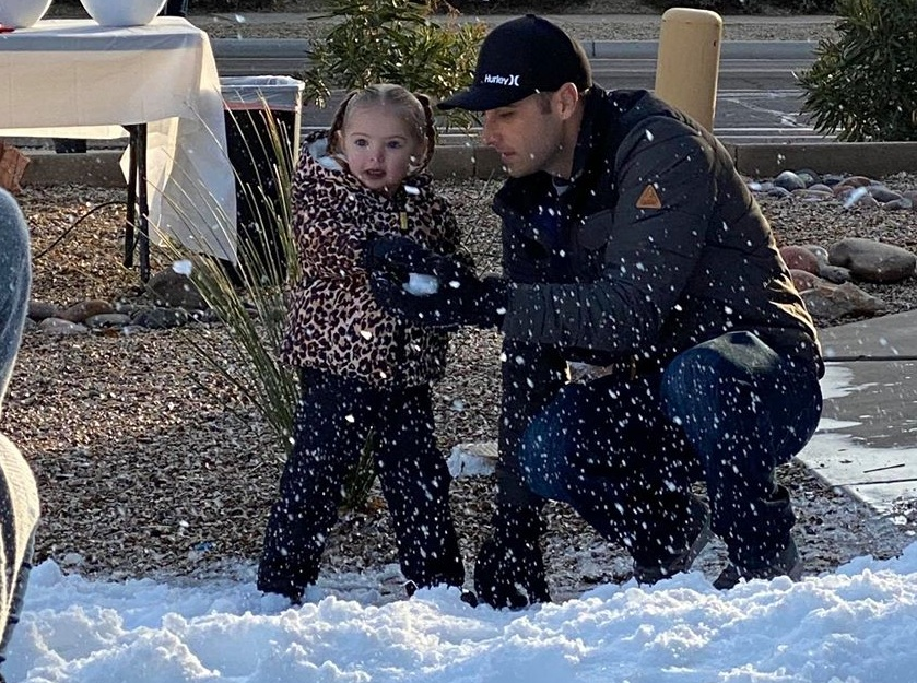 Arizona police bring 5 tons of snow for a little girl with heart defect