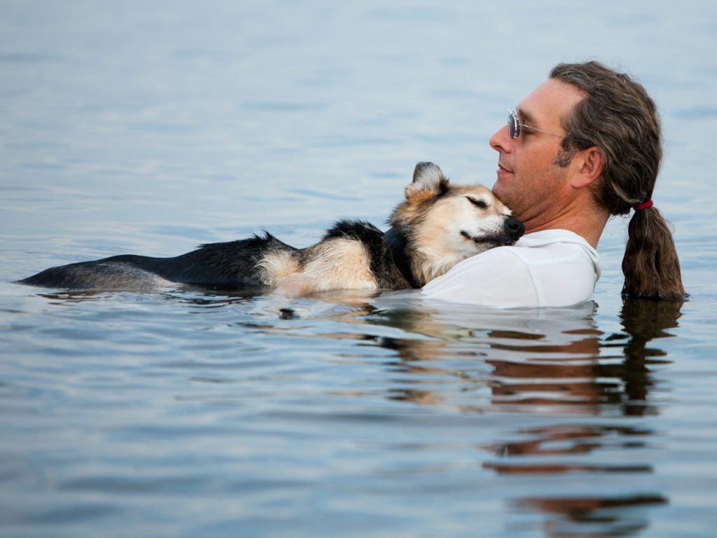 Man Floats With 19 Year Old Elderly Dog Every Day To Ease His Pain