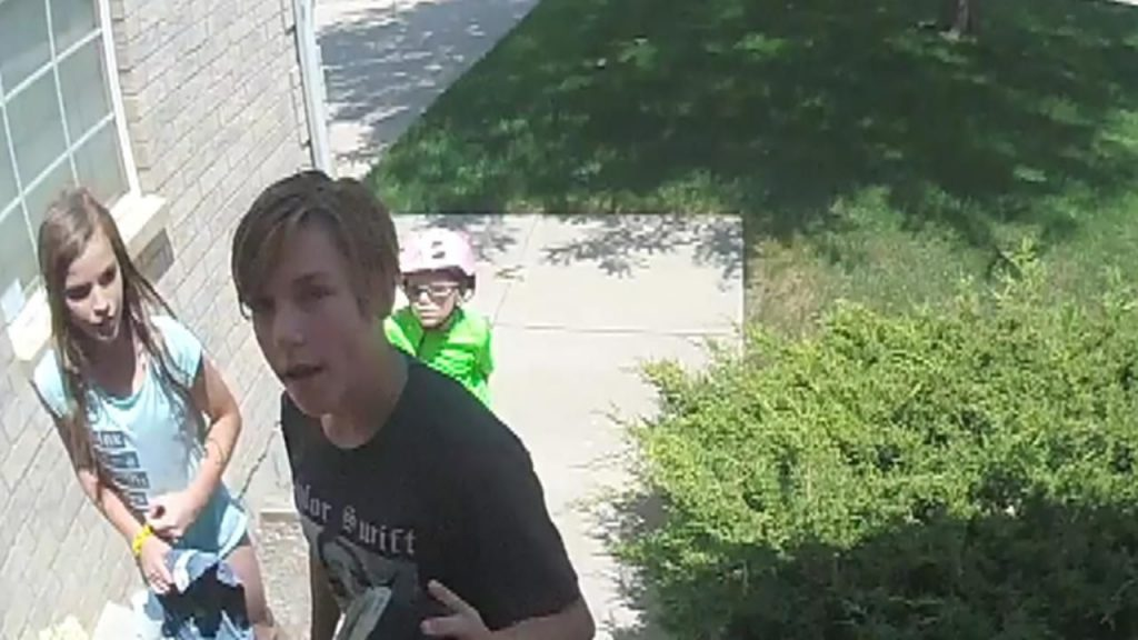 Colorado kids  caught on camera doing the right thing, return found wallet